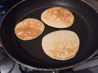 Trei clătite americane fără gluten prăjite în tigaie
